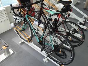 ジェノバラインのレールにロードバイクを入れてチューブで固定します。