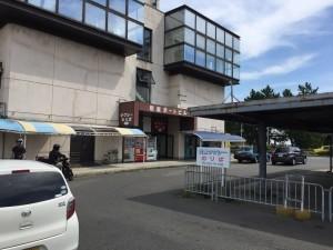 岩屋港。中には売店や待合スペースがあります。2階には飲食店があって、ちょっと有名なシラス丼のお店があります。帰ってから知ったので行ってません。