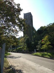中央の塔のような建物がエレベーターになっていて、回廊で百段苑につながっています。