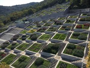 百段苑の一番上からの一望です。イタリア式庭園の幾何学的な部分をさらに洗練した印象です。