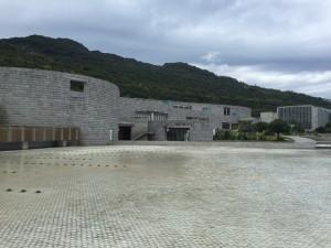 海回廊。水盤から立ち上がっている建物を中をぐるっと回って、写真左外にある百段苑に登って下ってここに来たという感じです。