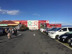 こんにゃくパークの全景。道の駅とかではなく、株式会社ヨコオデイリーフーズが運営している商業施設です。