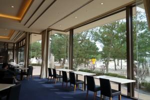 白浜を間近に見ながらお茶が楽しめるラウンジ。奥にはもちろんソファー席もあります。