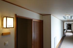 お部屋の入り口。ドアの外に格子の引き戸を配してあります。