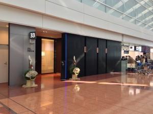 羽田空港ANA SUITE チェックインの入り口。ターミナル中央から一番近く、下位ステータスの優先チェックインカウンターは遠くなっています。細かく優遇されています。