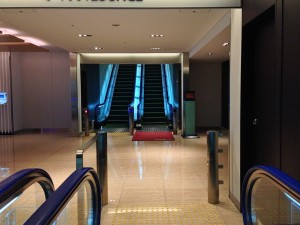ANA LOUNGEは3階ですが、ANA SUITE LOUNGEは4階になります。赤絨毯と共にダイヤモンドメンバー専用と明示されています。