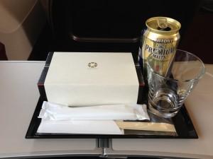 グランクラスのお弁当はこんな感じで出てきます。ビールは缶ですがガラスのグラスをつけてくれます。