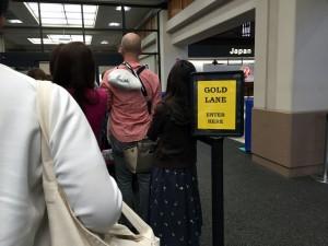 ホノルル空港の優先セキュリティであるゴールドレーン。左に通常レーンがあります。