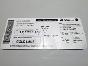ホノルル空港のJGCカウンターでボーディングパスを受け取ります。容赦なくエコノミーですが、ゴールドレーンを利用可能と書いてあります。