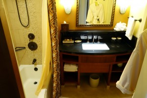 アウラニの2ベッドルーム・ヴィラのセカンドベッドルームのバスルーム。