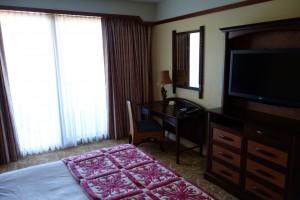 アウラニの2ベッドルーム・ヴィラのベッドルームはバルコニーに面しています。