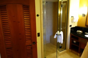 アウラニの2ベッドルーム・ヴィラのバスルーム。こちらは、シャワーブースとバスタブが別になっています。