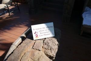 アウラニのカサベラに予約が入っていないと、予約を入れて使ってね、というプレートが立っています。