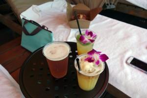 アウラニのカサベラで愉しむビールやカクテル。波の音を聞きながら贅沢な時間を過ごします。