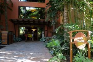 アウラニの'EWAタワーの入り口。こちらは、プール側からの入り口です。
