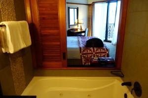 アウラニの2ベッドルーム ヴィラ オーシャン・ビューのバスルームからは窓から外を眺めることもできます。
