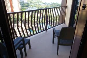 アウラニの2ベッドルーム ヴィラ オーシャン・ビューのバルコニー。写真手前がリビングルーム、右がセカンドベッドルームです。アウラニのビーチもプールも見渡せます。
