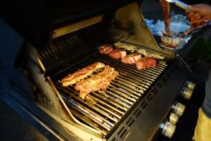 アウラニのバーベキューエリアにあるグリルに肉を載せます。なぜか、周りのアメリカ人パパたちから注目を浴びます。