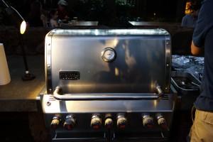 アウラニのバーベキューエリアにあるグリルを閉じて、分厚い肉に熱が入るのをじっと待ちます。