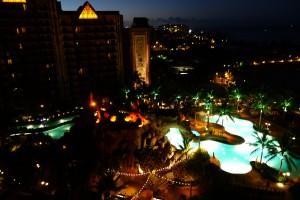 アウラニのプールの夜はこうなります。照明が効果的に使われていて綺麗です。