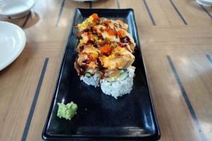コオリナ センターのSushi Yuzu(寿司 ゆず)のDynamite roll。アメリカ風のテイストを実現しつつ、トビッコを散らすなど、彩りにもこだわっていて、味のバランスもいいです。巻き寿司はカッパ巻きになっていて、シャキシャキした食感も加わって、とてもレベルの高い一品です。