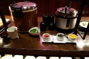 アウラニのキャラクターブレックファストには、ここは日本かと思ってしまうほど、ご飯と味噌汁が日本のホテルでよく見かける容器に入って提供されています。