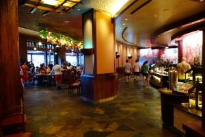 アウラニのレストラン マカヒキの受付から奥に進んだところ。右側にブッフェ、左側にテーブルです。テーブル席は屋内はもちろん、テラスもあります。