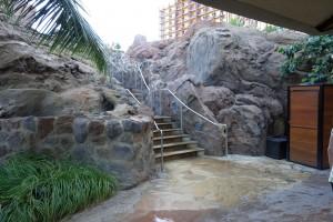 アウラニのウォータースライダーの入り口。プールの真ん中にある山の上から滑ります。入り口は何カ所かあります。