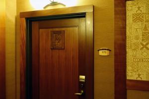 アウラニのデラックス・スタジオタイプ・ヴィラのドア。