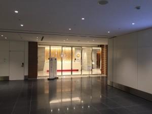 羽田空港 国際線サクララウンジ・スカイビューの入り口。JALにありがちな、薄暗いイメージとは違い、非常に明るい感じに仕上がっています。