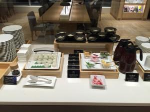 自分で作るうどん。左のシウマイに見えるのは、やりいかと柚の手まり寿司で、なかなかおいしいです。