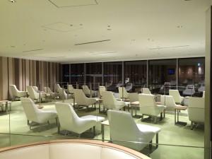 羽田空港 国際線サクララウンジ・スカイビュー目玉のビューエリア。残念ながら夜のため、ガラスには自分の顔しか見えないため、誰も座ってません。