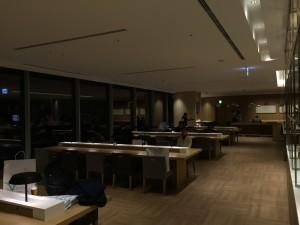 羽田空港 国際線サクララウンジ・スカイビューのダイニング。こちらはテーブルエリア。写真奥には普通のテーブルのエリアもあります。