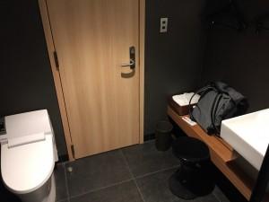 羽田空港 国際線サクララウンジ・スカイビューのシャワーブースは設備が機能的に配置されています。写真背後にシャワーがあります。