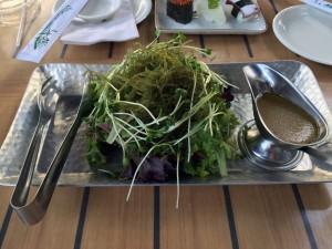 コオリナ ステーション&センターのSushi Yuzu(寿司 ゆず)のサラダにオゴをトッピング。オゴはグニャッとした食感を期待したら、シャキシャキです。