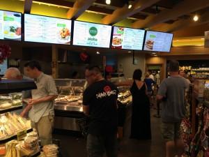 コオリナ ステーション&センターにあるABCストアでは、カウンターで量り売りの温かい惣菜も買えます。