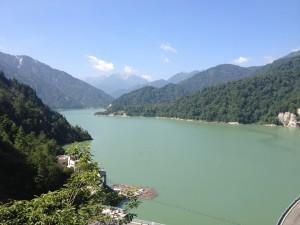 見渡す限りの湖と山々。