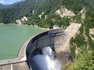 夏場は観光放水を行っていて迫力あるダムの姿を望むことができます。