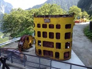 ダム工事に使われたであろう建設用機器がまだ置かれていたりします。