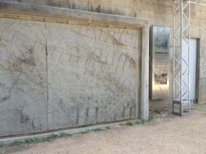 重機の跡をかたどった壁画チックなものも。
