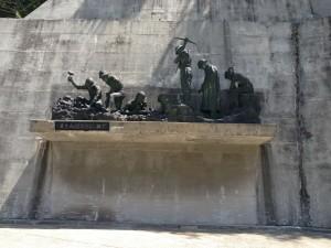 ダム建設で亡くなられた方の為の像。手を合わせて感謝!