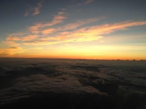 空が赤く染まり、日の出の瞬間が近づく。