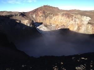 こちらは山頂の火口。絶景だけど高さを考えると少し怖い。