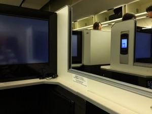 JAL SKY SUITE (スカイスイート)では、シェードを下げると隣の人と会話することもできます。