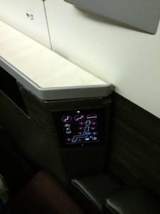 JAL SKY SUITE (スカイスイート)のシェードは手元のリモコンで操作できます。