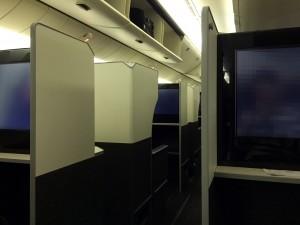 JAL SKY SUITE (スカイスイート)777のシートレイアウトは完全に互い違いになっていません。写真左の前の席と手前の席の隙間が通路です。