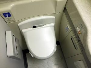 JAL SKY SUITE (スカイスイート)777のトイレはウォシュレット完備です。