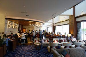 シェラトン・グランデ・トーキョーベイ・ホテル クラブラウンジ。奥にはドリンクやスナックがあります。