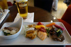 シェラトン・グランデ・トーキョーベイ・ホテルのクラブラウンジでは、カクテルタイムにテーブルに一皿アペタイザーを持ってきてくれます。