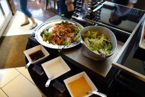 シェラトン・グランデ・トーキョーベイ・ホテルのクラブラウンジのカクテルタイムでは、コールドフードも楽しめます。